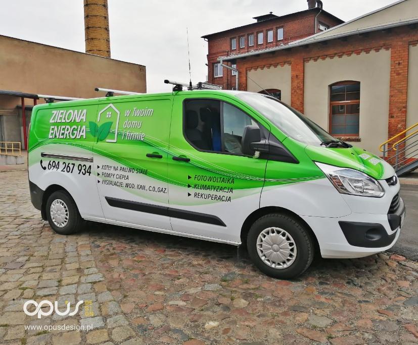 zielona energia fotowoltaika reklama na samochodzie